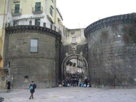 Porta nolana tra mercato del pesce e mercato della - Mercato di porta nolana ...