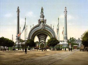 1024px-Grand_entrance,_Exposition_Universal,_1900,_Paris,_France