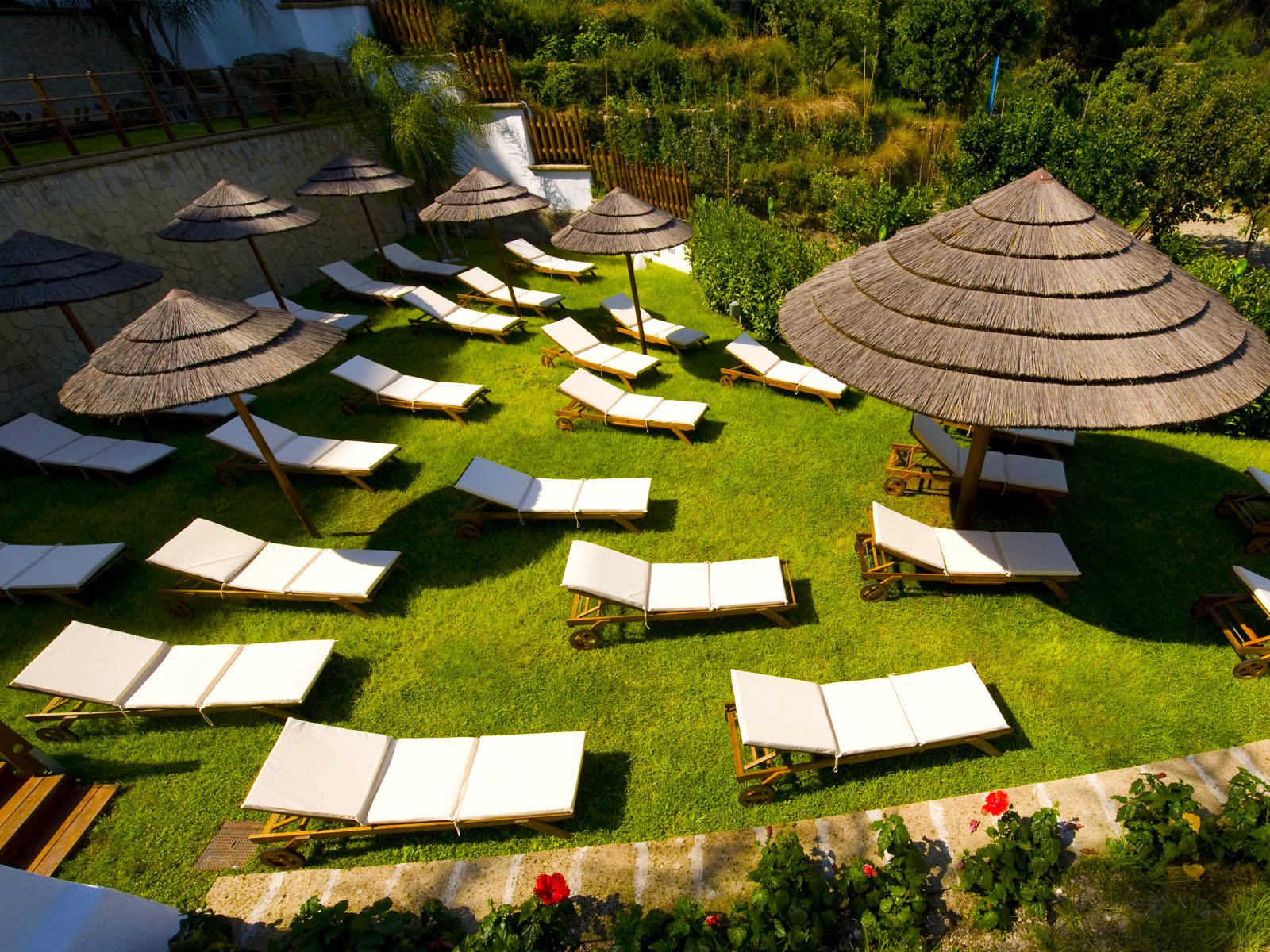 Il lost paradise club inaugura la stagione estiva for Arredatori di giardini