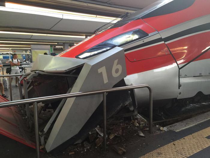 Napoli: il macchinista si sente male, treno contro paraurti