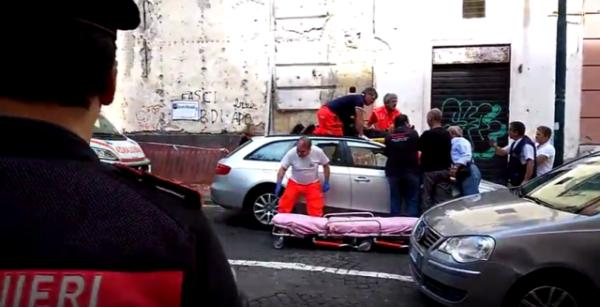 Si lancia dal ponte di via Aniello Falcone: salvato da un'auto