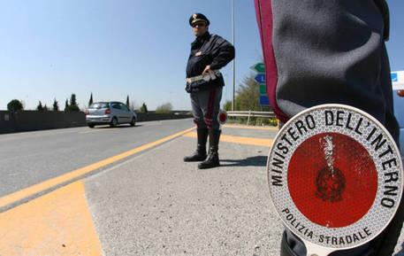 Napoli, beccati 13 agenti di Polizia: intimorivano gli automobilisti per avere soldi