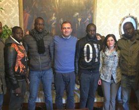 Bimba ferita: senegalesi con sindaco de Magistris a Palazzo San Giacomo