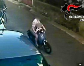 In sella ad uno scooter con il figlio in braccio a Volla per aggredire una donna