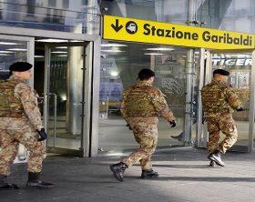 60172_napoli_operazione_strade_sicure_i_militari_dellesercito_sorprendono_un_spacciatore
