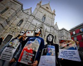 Sit in contro presunto prete pedofilo dinanzi al Duomo di Napoli