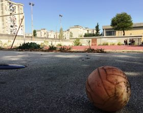 campo-disastrato-e-pallone-bucato