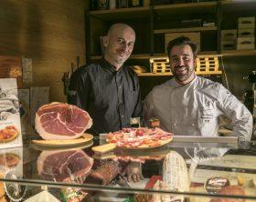 da-dx-chef-gigi-crispino-della-salumeria-upnea-e-chef-massimiliano-mascia-del-ristorante-san-domenico-di-imola-2-stelle-michelin