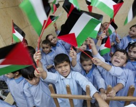 176108-palestinian-children-wave-their-national-flags-at-the-burj-al-barajneh-770x513