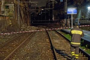 Crolla muro su binari,stop treni tra Napoli-Torre Annunziata