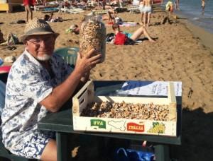 smaltimento-mozziconi-sigarette-iniziativa-pensionato-siciliano-spiaggia-lido-noto-640x488