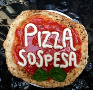 La pizza 'sospesa' a Napoli il sindaco 'sospeso'