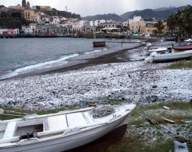Maltempo: neve e vento gelido in Sicilia, Eolie isolate
