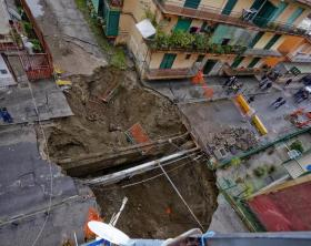 The chasm enlarged in the night in Naples