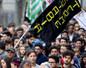 Protesta nel Napoletano, bandiera nera come quella Isis