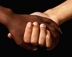 mano-nella-mano-no-al-razzismo