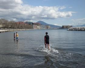 primavera-a-Napoli.-Mappatella-beach-primo-bagno-della-stagione.14
