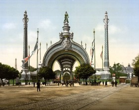 1024px-Grand_entrance,_Exposition_Universal,_1900,_Paris,_France