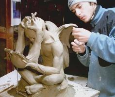 La-scultura-Memorie-Contemporanee-Durante-la-modellatura-in-argilla