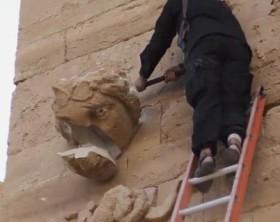 Isis: media, video distruzione statue Hatra con kalashnikov