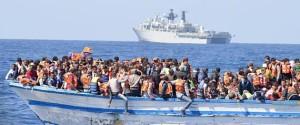 >>>ANSA/ MIGRANTI: IN MIGLIAIA ALLA DERIVA IN LIBIA, NAVE GB IN ROTTA