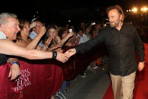 Franco Nero saluta i fan sul red carpet del Social World Film Festival