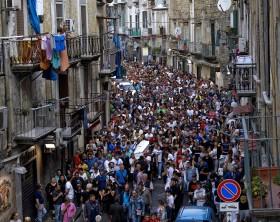 Folla di giovani per i funerali di Genny