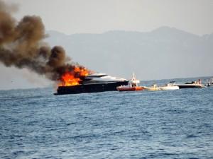 Yacht De Laurentiis in fiamme: tornava da vacanza a Ischia