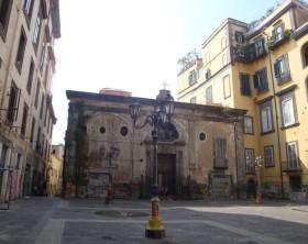 A sinistra, palazzo Giusso. A destra, palazzo Casamassima. Al centro, chiesa dei Santi Cosmo e Damiano.