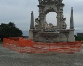 La fontana transennata per evitare pericolo