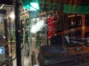 Agguato contro bus a Napoli, baby gang rompe vetri mezzo