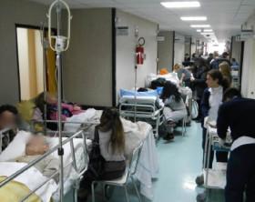 File di barelle nei corridoi dell'ospedale Cardarelli di Napoli