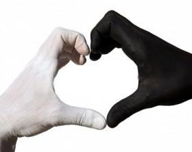 16077892-una-bianca-e-una-mano-nera-che-forma-un-cuore-e-che-simboleggia-l-39-amore-la-felicita-e-la-comunita