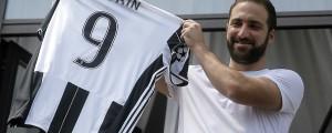 Gonzalo-Higuain-holds-up-his-Juventus-shirt-1200x480