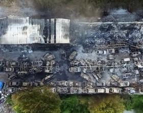 Il deposito di auto bruciato dall'incendio in via Giacchi.