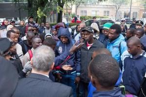 1445254116389.jpg--casa_dell_accoglienza__sit_in__migranti_protestano_in_strada