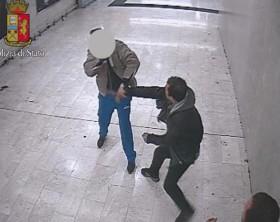 Accoltella rivale durante lite in mezzanino stazione Milano