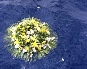 Fiori-in-mare-per-le-368-vittime-della-strage-del-3-ottobre-2013