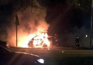 Scontro auto-moto a Roma, centauro avvolto dalle fiamme