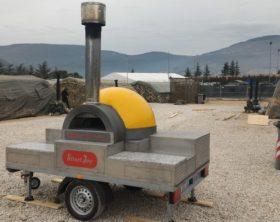 Il forno mobile che il maresciallo Bencivenga ha trasferito a Norcia per fare pizze a sfollati e soccorritori