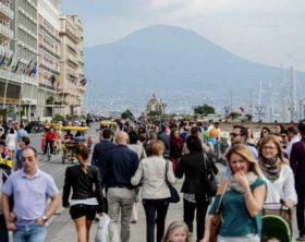 turisti in giro per napoli  - turisti - fotografo: pressphoto
