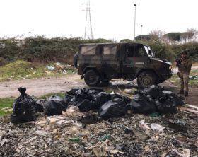 Foto 4 - Militari impegnati nel contrasto allo sversamento illegale di rifiuti