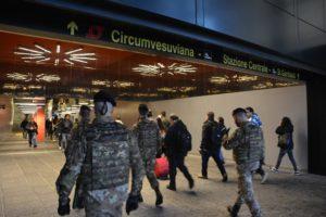 Foto 2 - Una pattuglia dell'Esercito presidia la stazione di Napoli