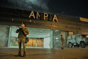 Foto 1 - Militari presidiano la stazione Metro di Scampia a Napoli