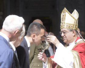 Luigi di Maio bacia la teca contenente il sangue di San Gennaro nel Duomo di Napoli, Napoli 19 Settembre 2017. ANSA / CESARE ABBATE