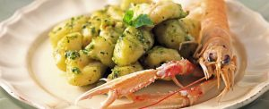 di-patate-con-pesto-con-dadolata-di-scampi-986x400