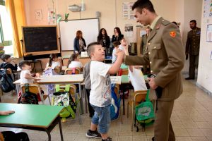 2-un-bambino-stringe-la-mano-un-militare-scuola-de-filippo-in-arzano-na