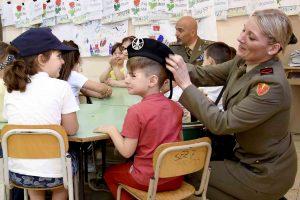4-militare-indossa-il-basco-a-un-alunno-della-scuola-primaria