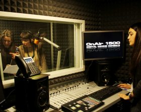 gli-studenti-del-master-in-radiofonia-negli-studi-di-run-radio-conducono-fuori-scena