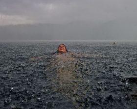 nuotare_pioggia_spiaggia